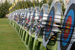 Pfeile in den Zielscheiben beim Bogensport und Turnier.