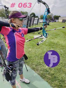 Bogenschützin des Team Bowjob das gegen Brustkrebs kämpft