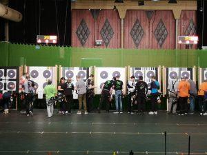 Pfeile ziehen beim Bogensport bei der Regionalmeisterschaft West des DFBV in der Halle.
