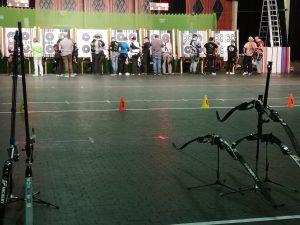 Pfeile ziehen bei der Regionalmeisterschaft West des DFBV in der Halle.