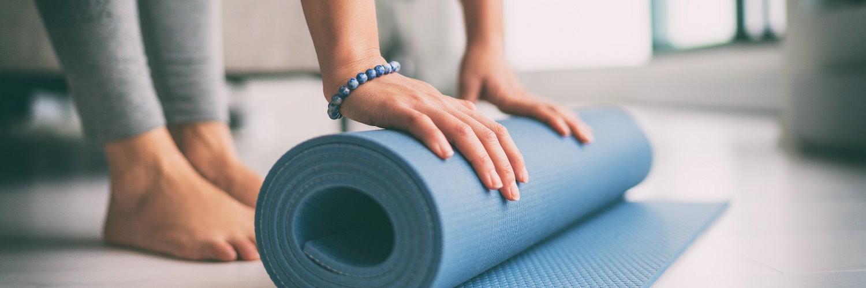 Fitnessmatte wird zusammengerollt.