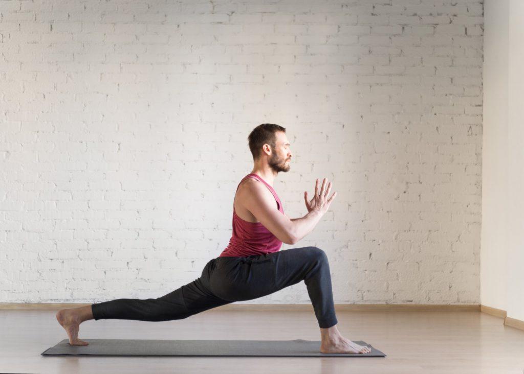 Mann bei einer Yogaübung