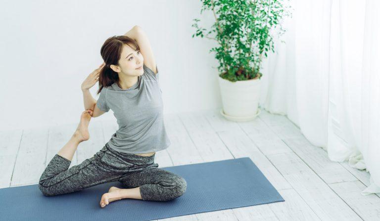 Frau beim Beweglichkeitstraining und Yoga.