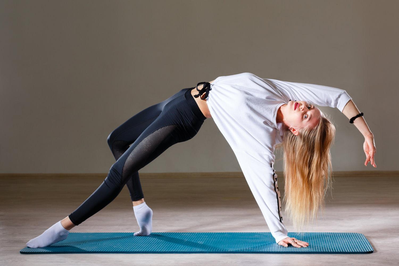 Frau bei einer Beweglichkeitsübung im Beweglichkeitstraining.