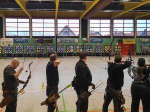 Deutsche Meisterschaft DFBV Halle 2020. Stehende Bogenschützen die auf die Zielscheibe schießen.