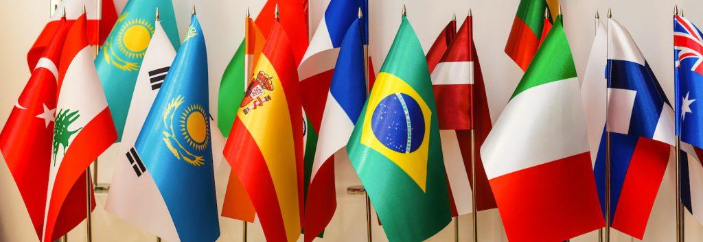 Fahnen von verschiedenen Nationen. Internationales Turnier
