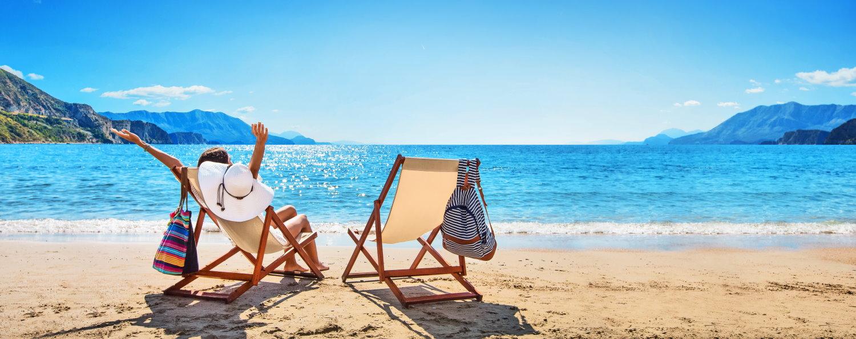 Frau am Meer im Urlaub.