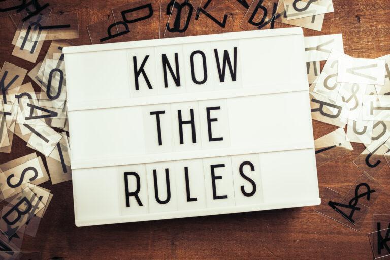 Schild mit dem Schriftzug Know the rules. Regelkunde ist wichtig.