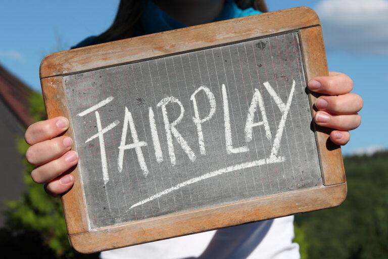 Schild mit der Aufschrift Fair Play