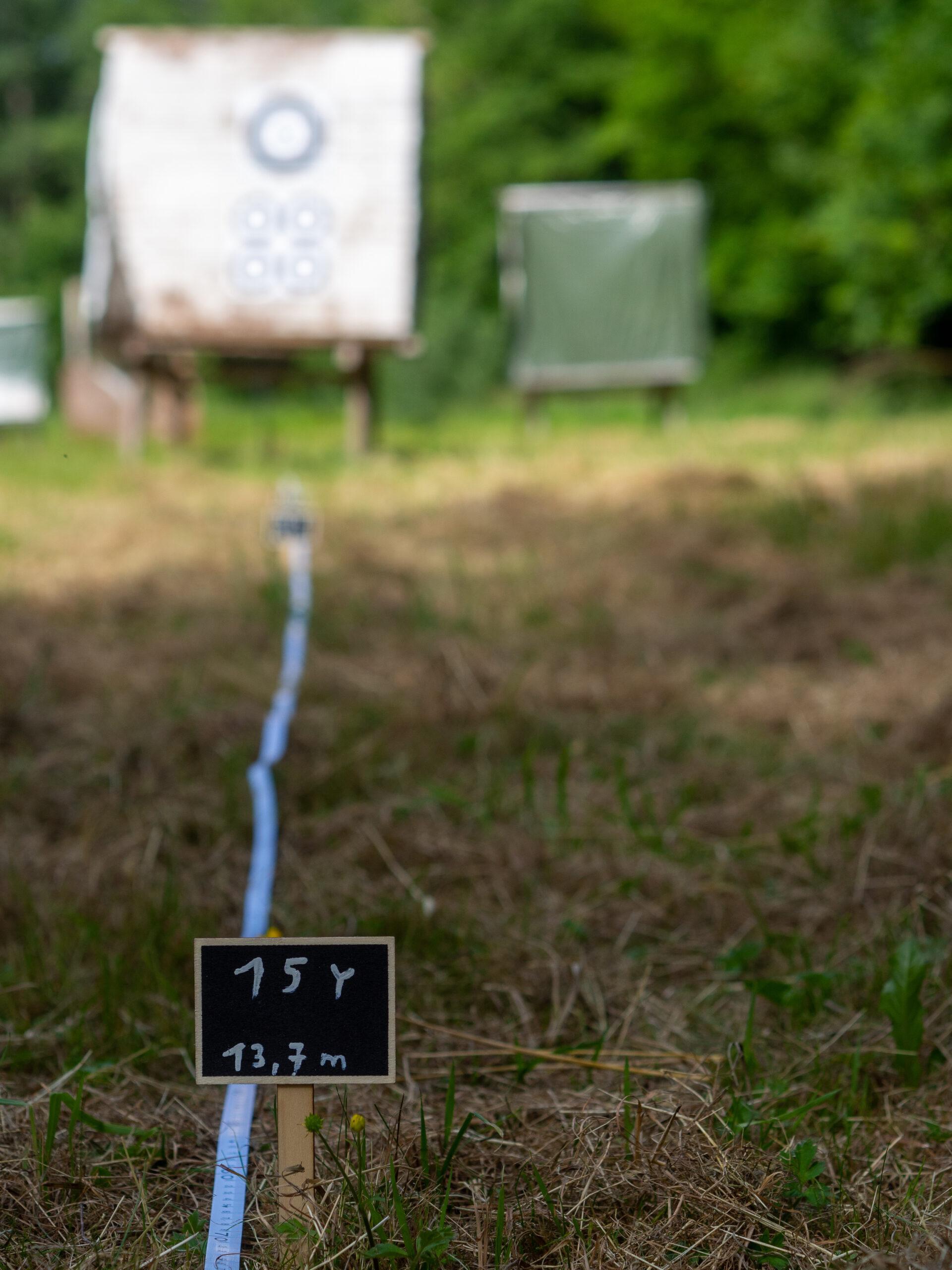 Entfernungsmarkierung für Bogenschützen und eine Zielscheibe.
